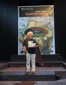 """Pembacaan """"Deklarasi Hari Sastra Indonesia"""" di Solo oleh Wowok Hesti Prabowo, salah seorang redaktur boemipoetra"""