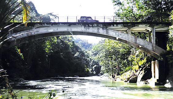 Jembatan Aek Raisan di Jalinsum Sibolga-Tarutung, Sumut (Foto: metrosiantar.com)